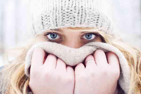 zima-devuska-blondinka-vzglad-holod-kolco-sapka-ruki-golubye-glaza-sarf